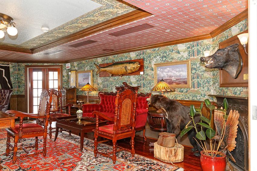 American Queen - gent's parlor